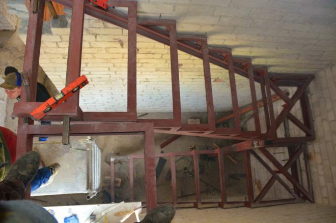 Металлический каркас лестницы.